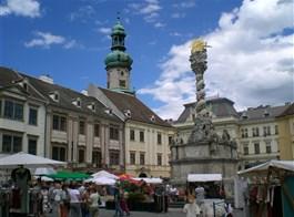 Burgenlandsko plné slunce, čápů a vína 2021  Maďarsko - Šoproň - Fó tér (Hlavní náměstí) s barokním sloupem nejsvětější Trojice z roku 1700