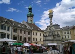 Burgenlandsko plné slunce, čápů a vína 2020 Burgenlandsko Maďarsko - Šoproň - Fó tér (Hlavní náměstí) s barokním sloupem nejsvětější Trojice z roku 1700