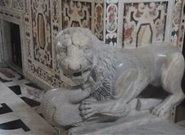 Itálie - Sardinie - Cagliari - katedrála, jeden ze 4 mramorových lvů od Guglielma, 12.století, původně pro katedrálu v Pise