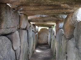 Sardinie, rajský ostrov nurágů v tyrkysovém moři chata letecky 2020  Sardinie - dolmen v Coddu Vecchio