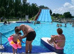 Maďarsko - Zadunají - Sarvár, termální lázně, areál s krytými i venkovními bazény, skluzavkami, perličkami a masážními proudy