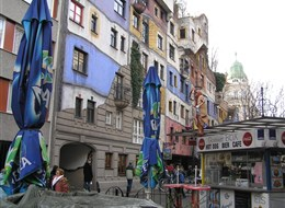 Rakousko - Vídeň - Hundertwasserhaus, 1983-85, autor Friedensreich Hundertwasser, původním jménem Stowasser (český vliv jasný)