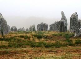 Bretaň, tajemná místa, přírodní parky a megality 2022  Francie - Bretaň - Carnac, pole Kermario, velikost některých menhirů přesahuje 3 metry, celkem 1029 menhirů