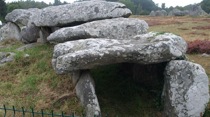 Bretaň, tajemná místa, přírodní parky a megality a koupání v Atlantiku 2021  Francie - Bretaň - Carnac - dolmen - vstupní část
