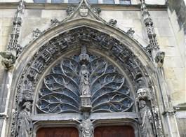 Champagne, UNESCO, víno, katedrály a středověká slavnost Médievales 2021  Francie - Burgundsko - Remeš, bazilika St.Rémy, hlavní vchod, tympanon