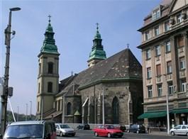 Adventní Budapešť vlakem, památky, vánoční trhy a termální lázně 2020  Maďarsko - Budapešť - Belvárošský farní kostel, nejstarší ve městě, zal. kol r. 1000, ve 14.stol přest., 1723 zbarokizován