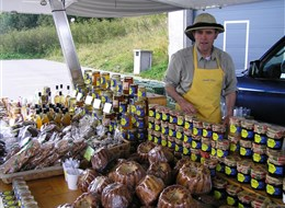 Francie - Alsasko - prodavač krajových specialit (medy, perníky pain d´epices) na parkovišti pod vrcholem Grand Ballon