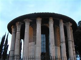 Řím, Vatikán, po stopách Etrusků v době adventu 2020  Itálie - Řím - Herkulův chrám, hlavice 19 (původně 20) kanelovaných korintských sloupů