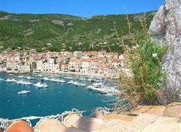Ostrov Vis, poklad Dalmácie 2020  Chorvatsko - Komiža - přístav ve městečku s zářivě modrou vodou