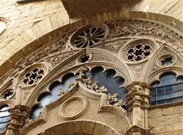Florencie, kolébka renesance a galerie Uffizi 2020  Itálie - Florencie - Orsanmichelle, detail kružby oken