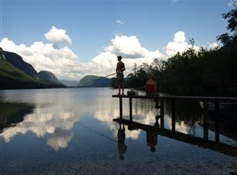 Slovinsko, jezerní ráj a Julské Alpy 2020  Slovinsko - Julské Alpy - jezero Bohinj, podvečer a rybář