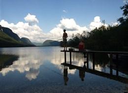 Slovinsko, jezerní ráj a Julské Alpy 2020 Slovinsko Slovinsko - Julské Alpy - jezero Bohinj, podvečer a rybář