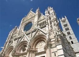 Itálie - Siena - Duomo, na průčelí použit bílý a růžový mramor, doplněný černým čedičem