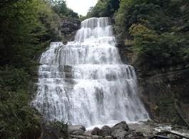 Kouzelná příroda Jury a památky UNESCO Franche-Comté 2020  Francie - Franche-Comté - Cascade de l´Eventail, závoj tříště a kapek na kaskádách vysokých 65 m, v suchém období prakticky vysychají