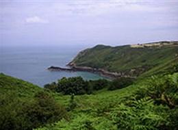Normanské ostrovy Jersey a Guernsey 2020 Velká Británie Anglie - Jersey - pobřeží v zátoce Bonne Nuit