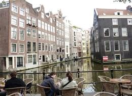 Přírodní parky a ostrovy severu Nizozemska a Gogh 2020  Holandsko - Amsterdam - posezení u grachtu
