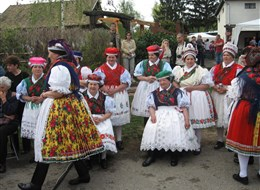 Maďarsko - velikonoce v Hollókö - lidové kroje palócké menšiny