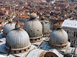Benátky a ostrovy Murano, Burano, Torcello 2020  Itálie - Benátky - kopule chrámu San Marco z kampanily