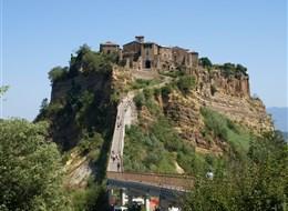 Itálie - Lazio - Civita di Bagnoregio, za Etrusků žádné problémy s erozí nebyly, pak přišel středověk
