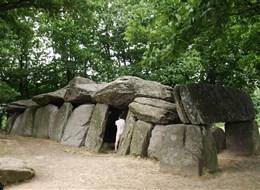 Francie - Bretaň - Roche-aux-Feés, 19,5 m dlouhý dolmen,  vztyčen asi 3000-35000 př.n.l.
