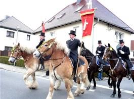 Velikonoce v Lužici, křižácké jízdy a zahrady 2021  Německo - Šunov, velikonoční jízda, muži jsou oblečeni ve fracích s cylindy