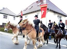Velikonoce v Lužici, křižácké jízdy a zahrady 2021 Bavorsko Německo - Šunov, velikonoční jízda, muži jsou oblečeni ve fracích s cylindy