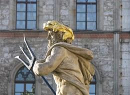 Cibulový festival ve Výmaru a nezapomenutelný Erfurt 2021 Berlín Německo - Výmar - Neptun před radnicí