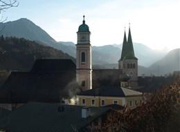 Léto v horách Bavorska a Rakouska 2020  Rakousko - Berchtesgaden - kostel sv.Ondřeje (1397) a sv.Petra (12.st) pod štíty alpských vrcholků