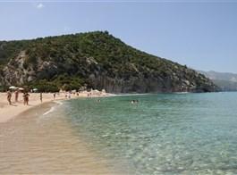 Sardinie, rajský ostrov nurágů v tyrkysovém moři, hotel 2020  Itálie - Sardinie - pláže lákají k vykoupání