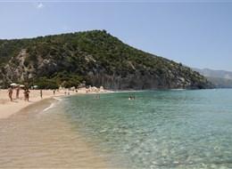 Sardinie, rajský ostrov nurágů v tyrkysovém moři, hotel 2020 Sardinie Itálie - Sardinie - pláže lákají k vykoupání