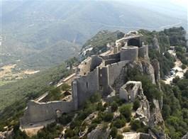 Languedoc a Roussillon, země moře, hor a katarských hradů s koupáním 2020  Francie - Languedoc - Peyrepertuse, střední část hradu s kostelem a starým palácem