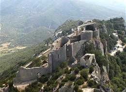 Languedoc a Roussillon, země moře, hor a katarských hradů s koupáním 2020 Languedoc Francie - Languedoc - Peyrepertuse, střední část hradu s kostelem a starým palácem
