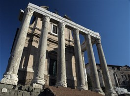 Řím, Vatikán, Ostia i Orvieto, po stopách Etrusků 2020  Řím - Forum Romanum -  chrám Antonina a Faustiny, 141 n.l, pův. pro manželku Faustinu, po smrti i pro císaře Antonina