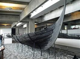 Dánsko, Kodaň, ráj ostrovů a gurmánů 2021  Dánsko - Roskilde - Vikingeskibsmuseet, Skuldelev 3, 14m dlouhá a 3,3 m široká