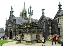 Francie - Bretaň - Guimiliau, Kalvárie, jde o jakousi skulpturální bibli s postavami v oděvech ze 16.století