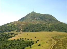 Francouzské sopky a památky kraje Auvergne 2020 Auvergne Francie - Auvergne - Puy de Dome, sopka typu Pelé, původně se jmenovala Mont d´Or