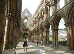 Krásy Skotska letecky 2020 Skotsko (UK) Velká Británie - Skotsko - Jedburgh, klášterní kostel P.Marie, gotický, zničen Angličany 1544-5