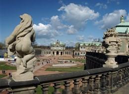 Německo - Drážďany - Zwinger zdobí četné sochy - Kupidové, Cherubínci, vázy, masky aj.