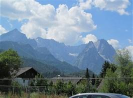 Mnichov a Bavorské Alpy vlakem 2021  Německo - Garmisch-Partenkirchen leží uprostřed hor