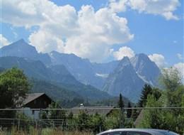 Mnichov a Bavorské Alpy vlakem 2021 Polsko Německo - Garmisch-Partenkirchen leží uprostřed hor