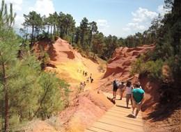 Přírodní parky a památky Provence s koupáním 2020 Provence Francie - Roussillon - hra barev ve skalách