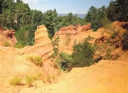 Přírodní parky a památky Provence 2020 Provence Francie - Roussillon, naleziště malířských hlinek barvami nešetří