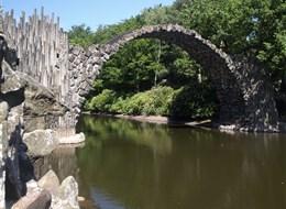 Krásy jarních zahrad Saska a Lužice 2020 Sasko Německo - Kromlau - Rakotzbrücke, z čedičových sloupů, budovaný 10 let