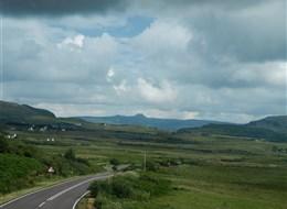 Ostrov Skye a západní Vysočina 2020 Skotsko (UK) Skotsko - ostrov Skye - na obzoru Old Man of Store, nejvyš. hora hřebene Trotternish Ridge