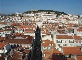 Lisabon, královská sídla, krásy pobřeží Atlantiku, Porto 2021  Portugalsko - Lisabon - pohled na čtvrt Baixa a hrad São Jorge, starou pevnost Féničanů, Řeků, Římanů, dnešní podoba maurská z 11.stol.