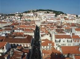 Portugalsko - Lisabon - pohled na čtvrt Baixa a hrad São Jorge, starou pevnost Féničanů, Řeků, Římanů, dnešní podoba maurská z 11.stol.
