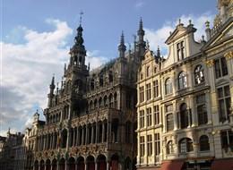Příroda, památky UNESCO a tradice zemí Beneluxu 2021 Holandsko Belgie - Brusel, Maison du Roi, vpravo Le Pigeon, domov V.Huga v exilu