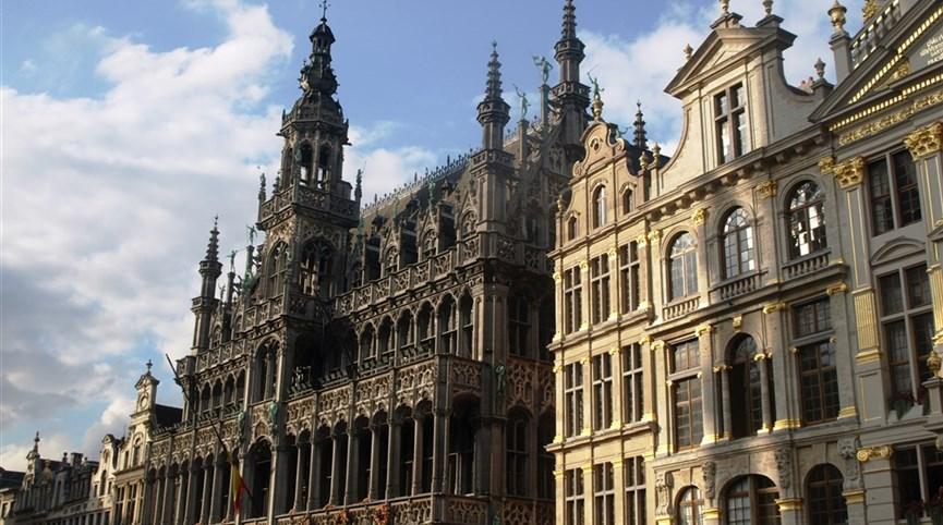 Příroda, památky UNESCO a tradice zemí Beneluxu 2021  Belgie - Brusel, Maison du Roi, vpravo Le Pigeon, domov V.Huga v exilu