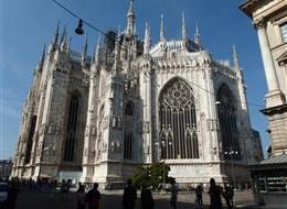 Milano a opera v La Scale a Leonardo da Vinci 2020 Milán Itálie - Miláno - největší gotická katedrála na světě, 1386-1577, ale úplně dokončena až 1813 na zásah Napoleona (fasáda)