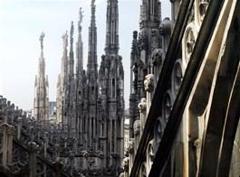 Milano, Turín, Janov a Cinque Terre letecky a rychlovlakem 2020  Itálie - Milán - les sloupů a fiál na střeše katedrály